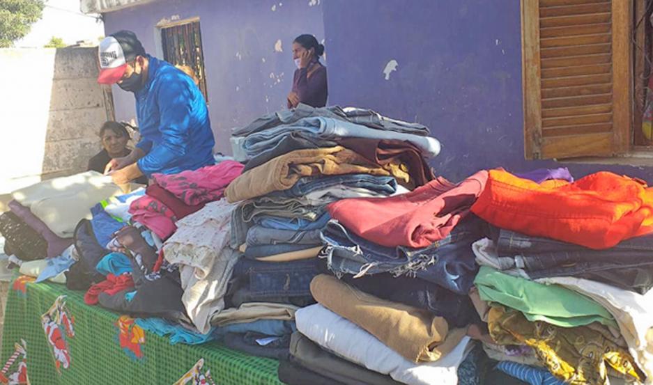 Las personas que necesitan pueden ir a retirar ropa.