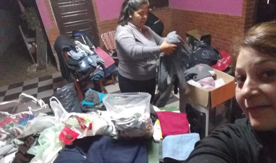 """CAMPAÑA. Integrantes de """"Abrigando Almas"""" restauran la ropa que se dona y la entrega a quien la necesite."""