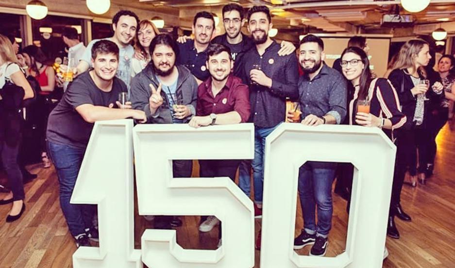 Gonzalo (al centro de camisa bordó) junto a compañeros con los que compartió en uno de sus emprendimientos laborales.