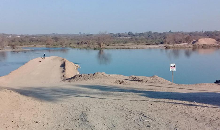 Los obreros comenzaron a preparar el suelo y el terraplén en el que se asentará la estructura vial que cruzará el río Dulce.
