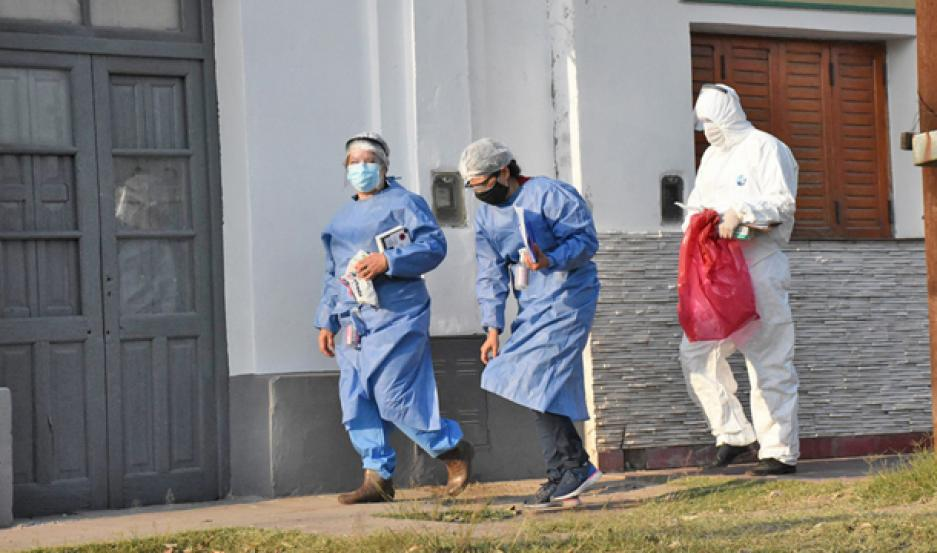 CONTROL. Personal de Salud durante los operativos de hisopados realizados ayer en Capital y La Banda.