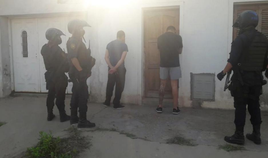 PRESOS. Ante la maniobra del policía, de huir de un control se inició una persecusión que terminó a las pocas cuadras.