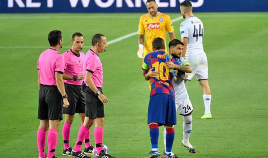 GESTO. Messi reprobó la decisión del árbitro de anularle un gol por una supuesta mano y no lo saludó al final.