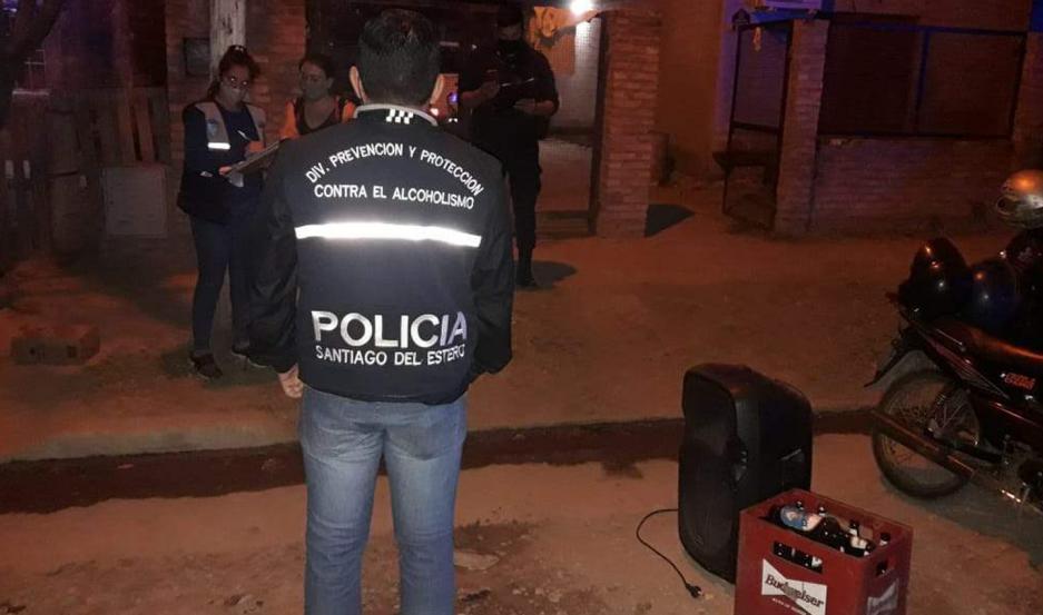 """En un """"asado"""" la Policía secuestró equipos de sonido y abundantes bebidas alcohólicas."""