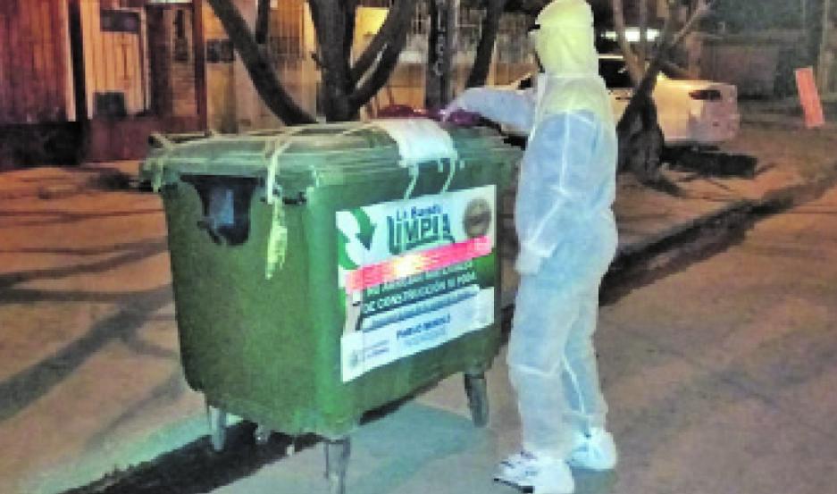 AFECTADOS. Se les entregó bolsas de residuos y asesoramiento para prevenir contagios dentro y fuera del domicilio.