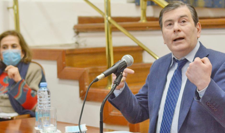 DISPOSICIONES. El gobernador de la provincia durante la conferencia de prensa anunciando las restricciones.
