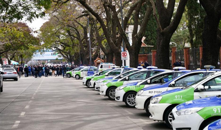 Los patrulleros a 45 grados sobre Avenida Maipú, frente a la Quinta de Olivos.