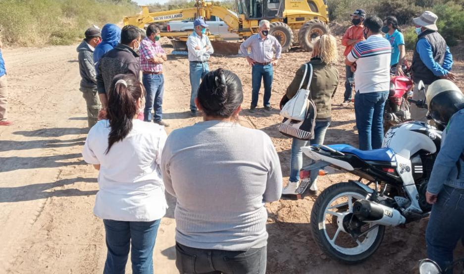 DIÁLOGO. El intendente Héctor Ibáñez recibió las iniciativas de los vecinos y prometió trabajar para brindar un rápida solución.