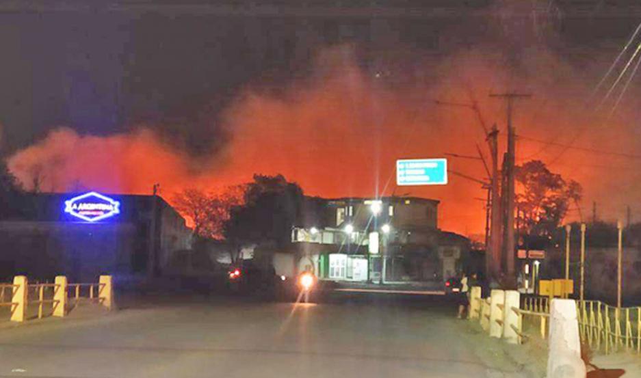 El fuego arrasó con lo que había en el interior y amenazó con expandirse a un sector de casas.