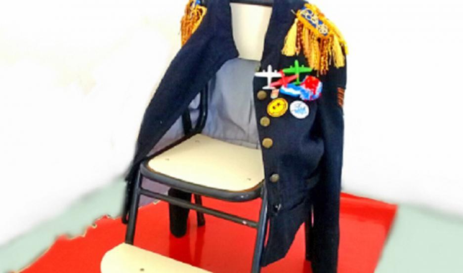 La muestra se trata de sillas intervenidas mediante procesos creativos de los artistas desde sus domicilios.