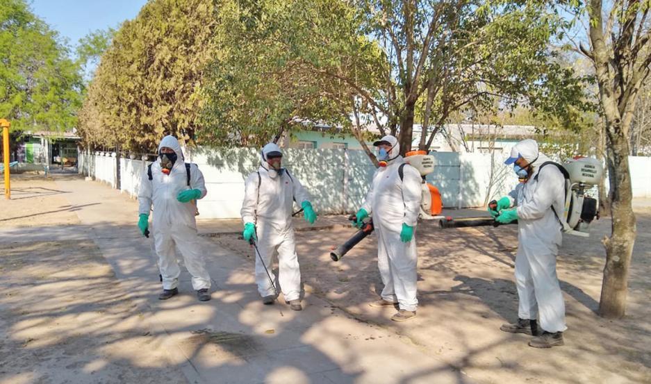 El trabajo de fumigación tiene por objetivo evitar la proliferación del mosquito transmisor del dengue.