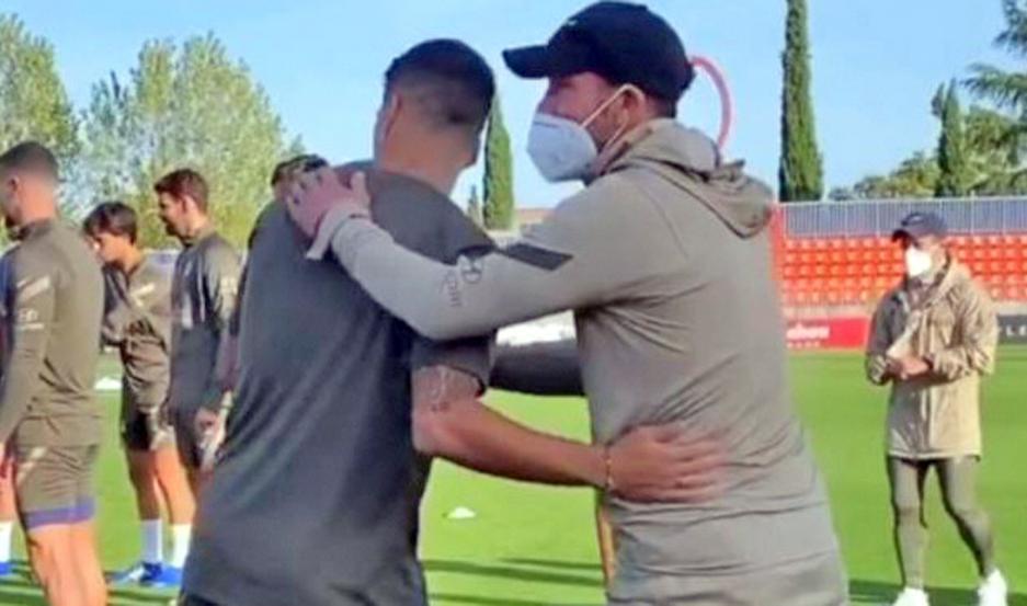 Diego Simeone le dio la bienvenida al ex goleador del Barcelona de España, nuevo refuerzo de Atlético Madrid.