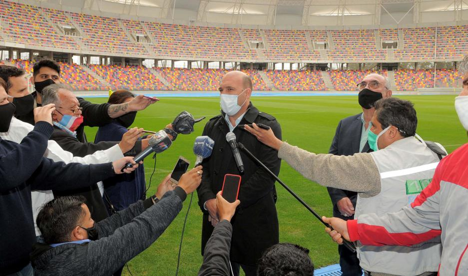 INSPECCIÓN. Gonzalo Belloso, ex futbolista y actual secretario general de Conmebol, encabezó la delegación de visita en el Estadio Único.