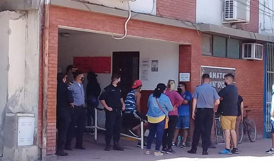 Las familias damnificadas se manifestaron ayer frente al centro asistencial en busca de respuestas.