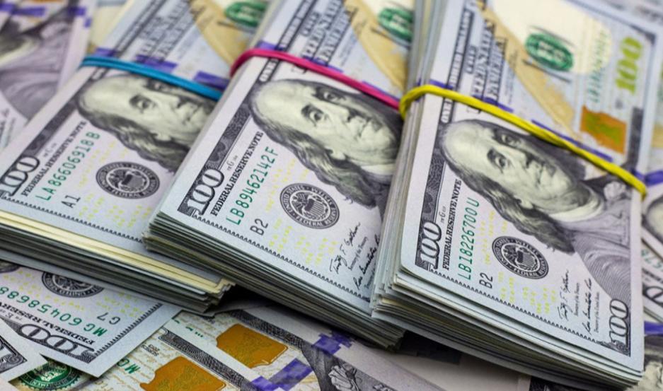 El dólar registró este lunes una leve baja