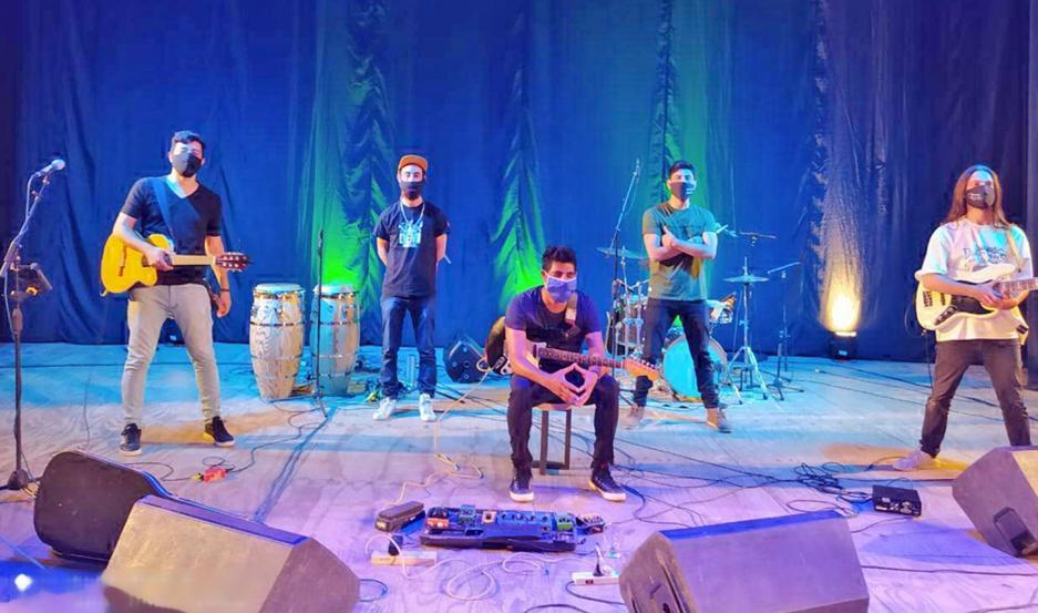 Los músicos no solo ofrecen sus canciones sino que comparten una charla intimista con Walter Díaz sobre el escenario, y respetando la distancia social que obliga el coronavirus.
