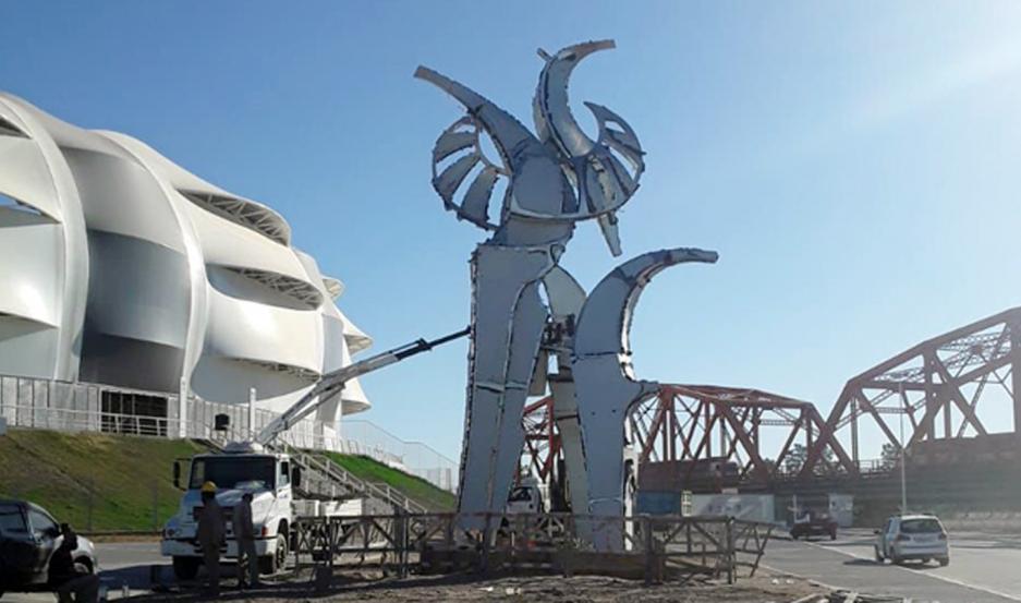 La estatua fue colocada en uno de los ingresos.
