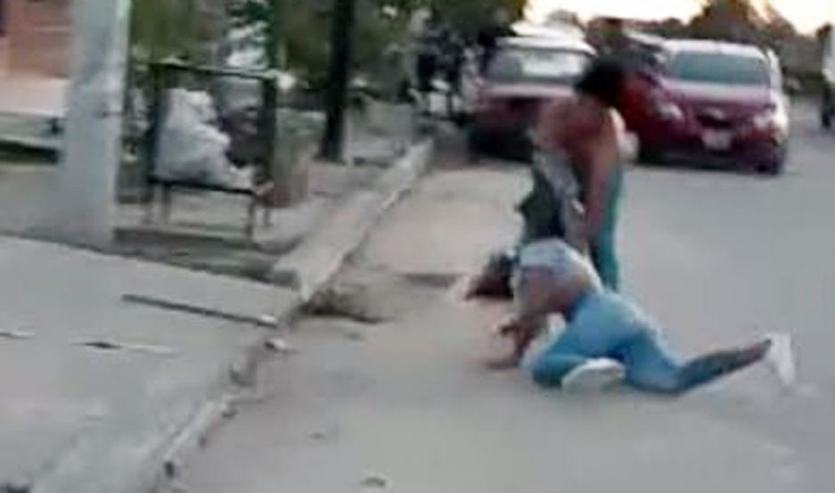 Los jóvenes habrían filmado el bochorno, alentando a los dos menores.