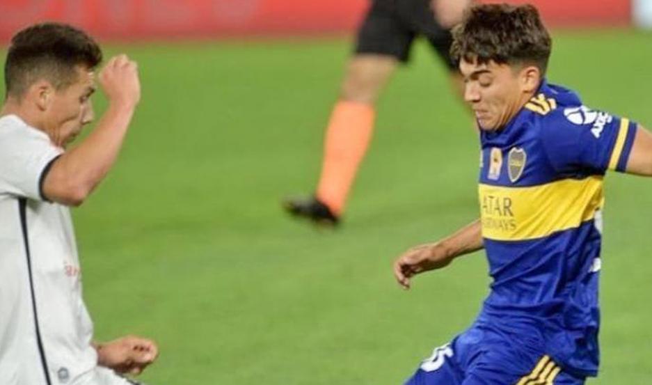 Zeballos traba con uno de Newell's. El santiagueño debutó anoche en la Primera de Boca.
