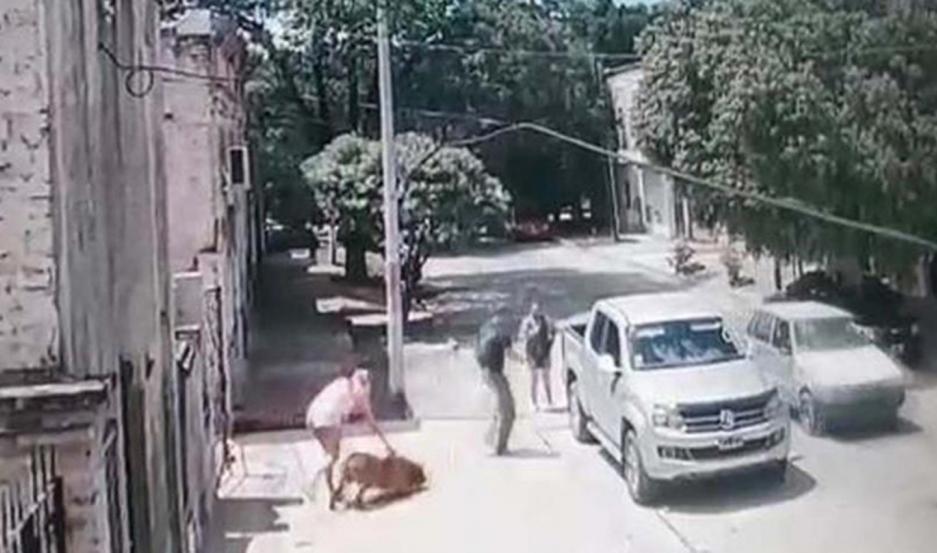 Una cámara de seguridad captó el momento en el que Lion salió de la vivienda y sube a la 4x4.