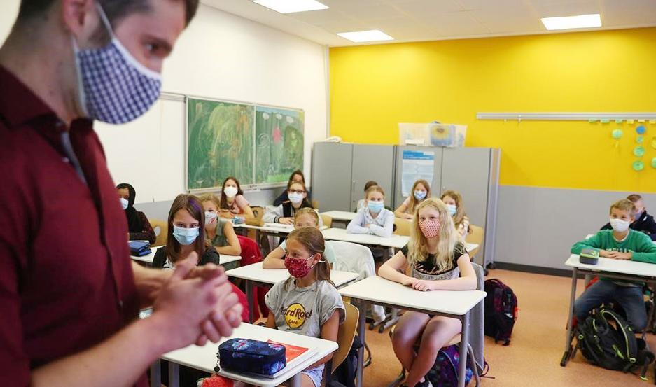 Un profesor da clase a sus alumnos en un colegio de Alemania.