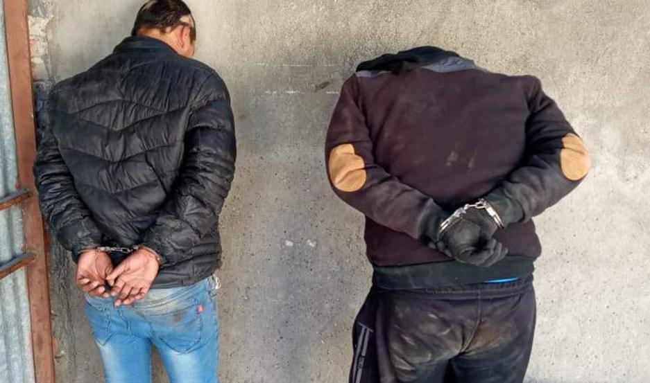 Con los dichos de las víctimas, la policía salió tras el acusado y sus amigos. A pocas cuadras fueron apresados mientras bebían en la calle.