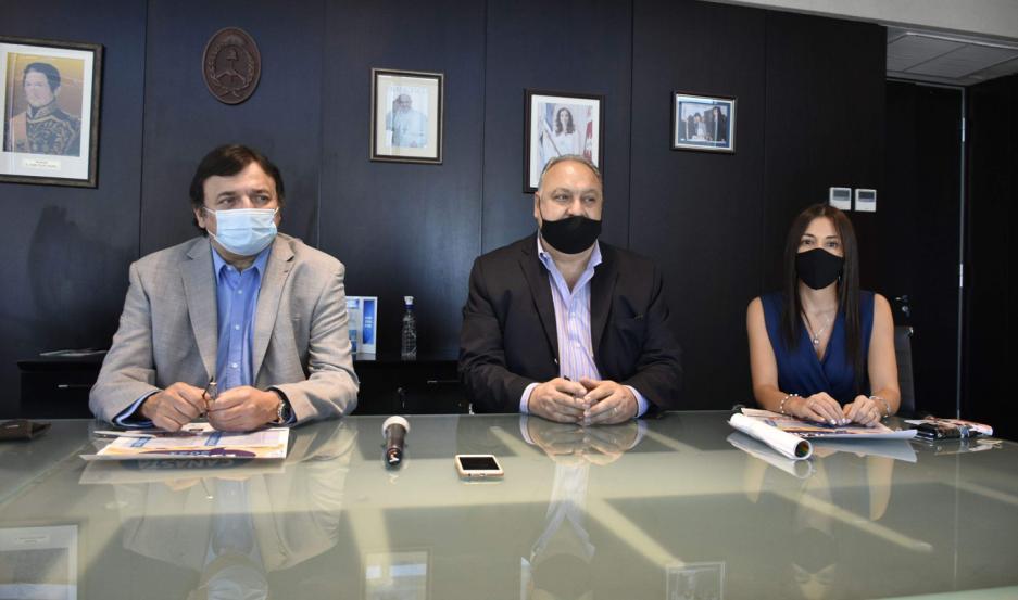 Participaron de la firma el ministro de Economía de la Provincia, CPN, Atilio Chara, la presidenta de la Cámara de Comercio e Industria, Ing. Alejandra Rafael, y representantes de papelerías y librerías importantes.