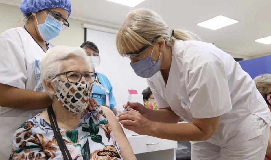 La campaña de vacunación contra el coronavirus, continúa en Santiago ahora en las ciudades del interior.