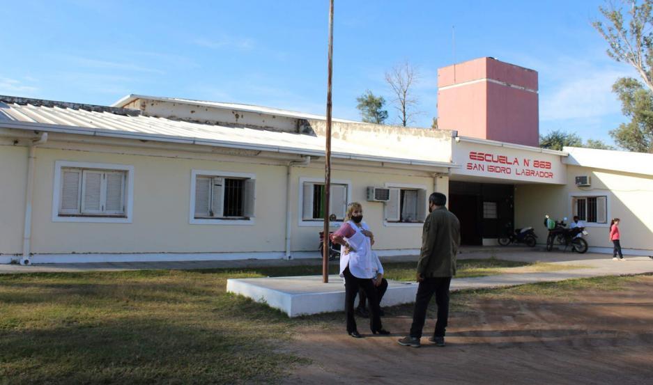 El comisionado Iñíguez inspeccionó la pintura y colocación de portón metálico que se ejecutan en el colegio San Isidro Labrador.