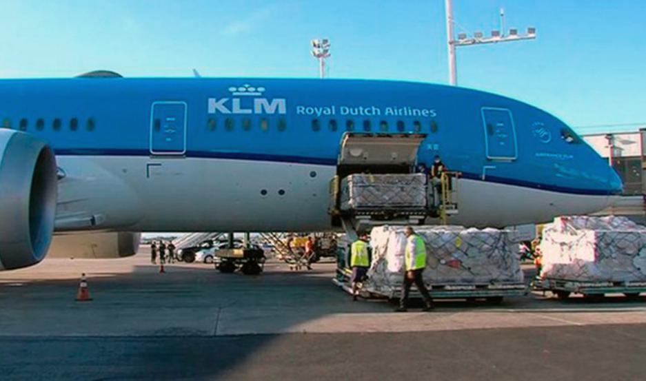 Una aeronave de Ámsterdam aterrizó en Ezeiza y descargaron las vacunas en el sector correspondiente de la estación aérea.