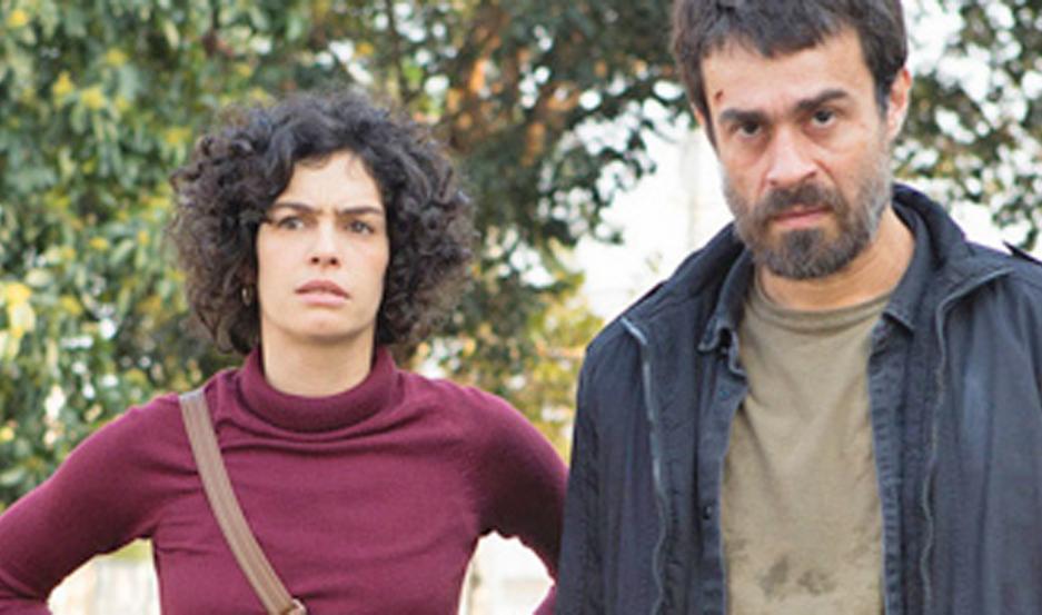 Erom Cordeiro protagoniza la serie.