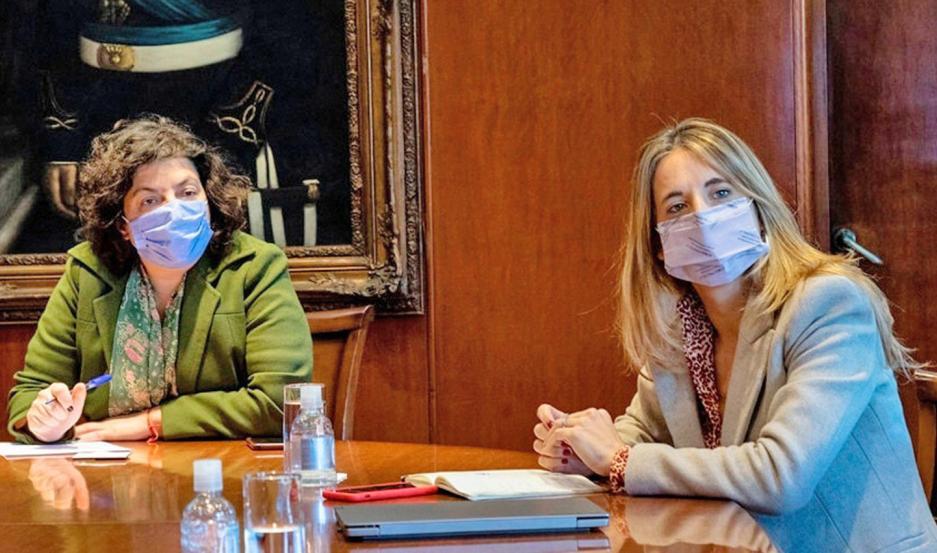 Cecilia Nicolini, asesora de Alberto Fernández, junto a la ministra de Salud Carla Vizzotti.