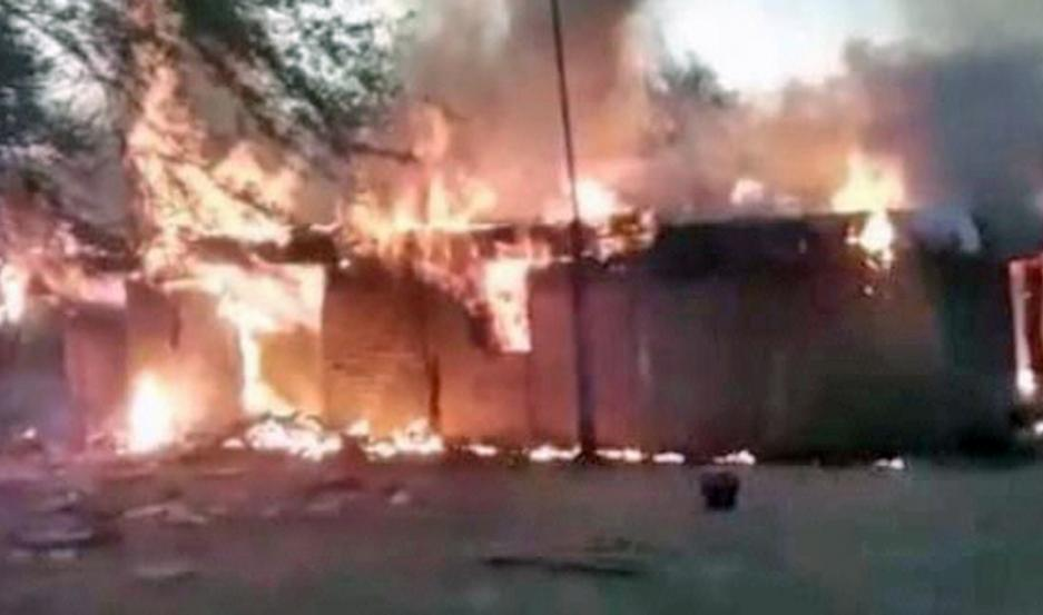 El fuego hizo añicos todas sus pertenencias. Desde entonces, adultos y niños se instalaron en la derruida casa de Canario y Galván.