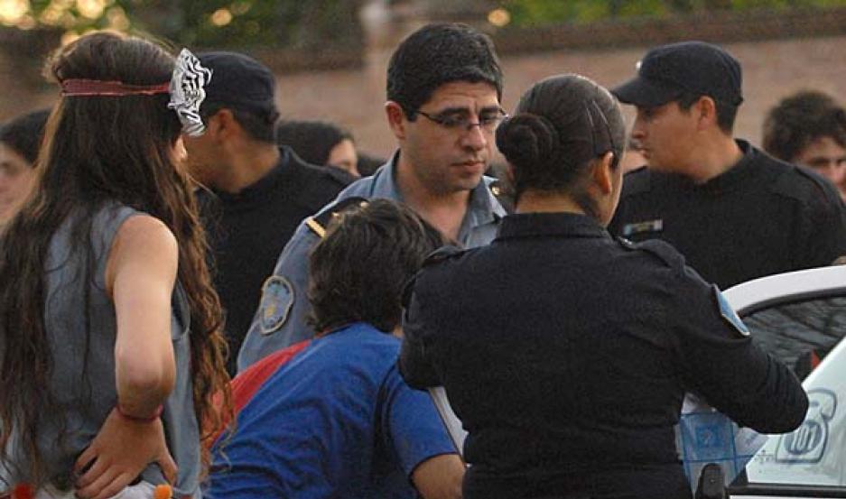Acción. La imagen muestra cómo un joven es retirado del lugar por personal policial por haber consumido alcohol. Fotos/ Daniel Pérez