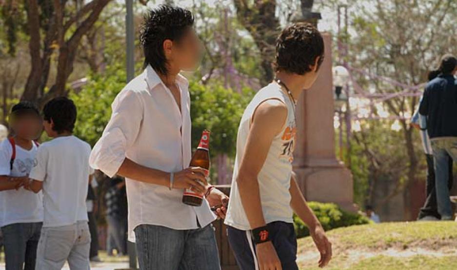 Negligencia. En algunos quioscos se vendió alcohol a los menores, y EL LIBERAL pudo registrar uno de esos momentos.