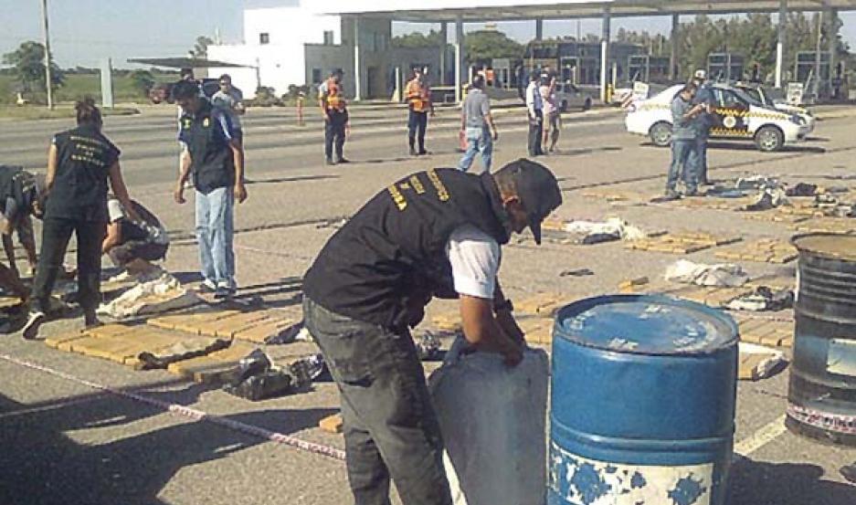 """SORPRESA Los gendarmes descubrieron la cocaína en un tanque de 200 litros. Estaba acopiada en """"ladrillos""""."""