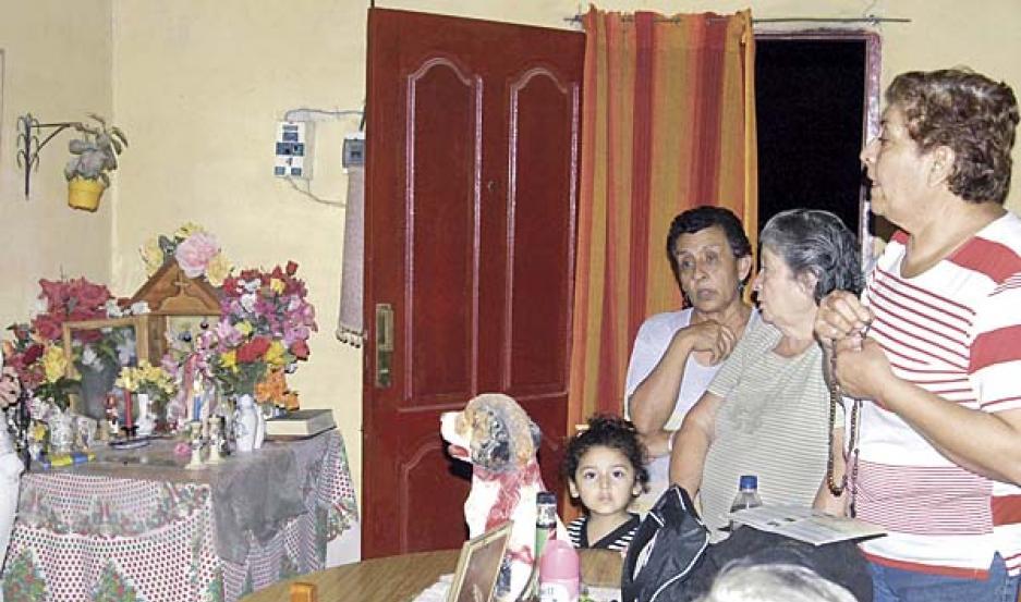 ORACIONES. Los fieles que llegan a la casa de los Quiroga espontáneamente comenzaron a rezar el santo rosario.