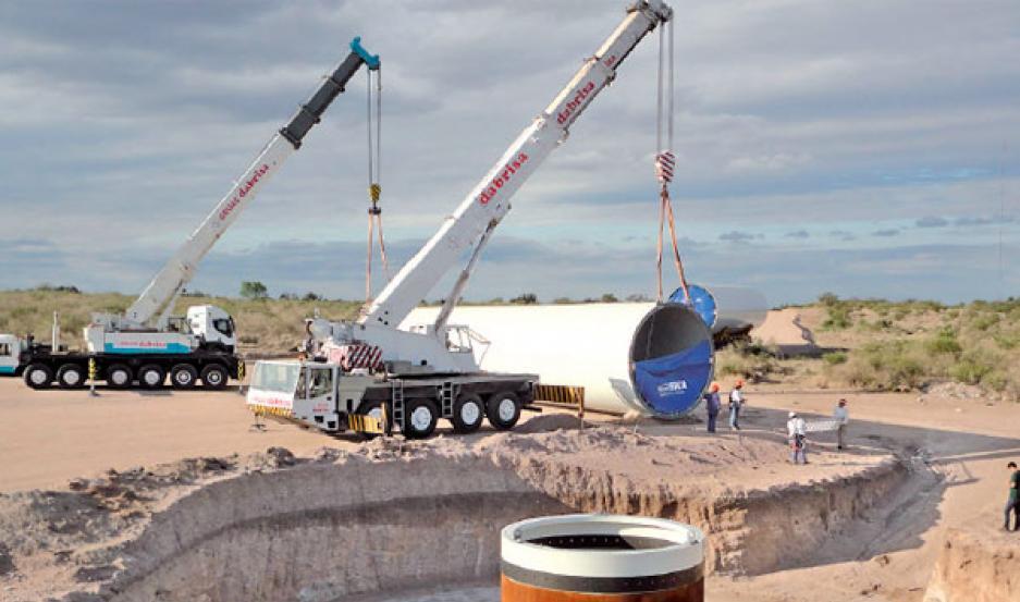 TRABAJOS. Operarios realizaron el hormigonado de la base de las torres que generarán energía eólica.