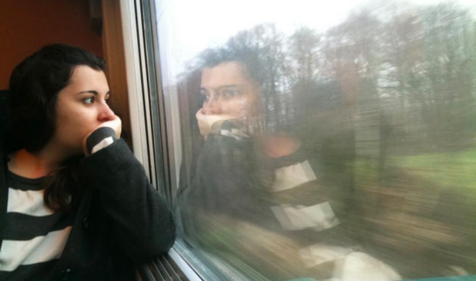 chica mujer ventana tren reflejo