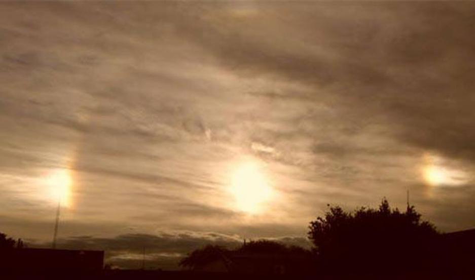 DE QUÉ SE TRATA. El fenómeno se llama parhelio y se produce por un efecto de reflejo de los rayos solares en los fragmentos cristalizados en la atmósfera
