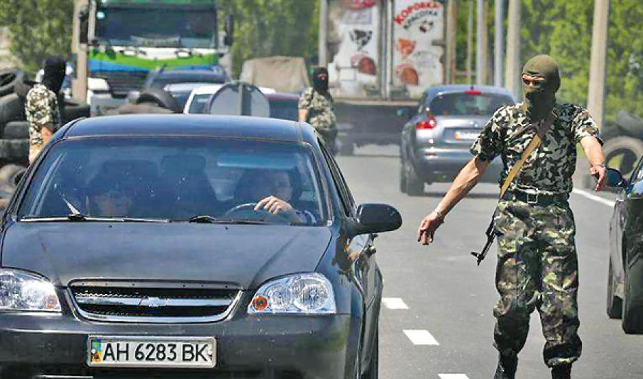 CONTROLES. Soldados de Donetsk vigilan el Parlamento, que ayer la proclamó