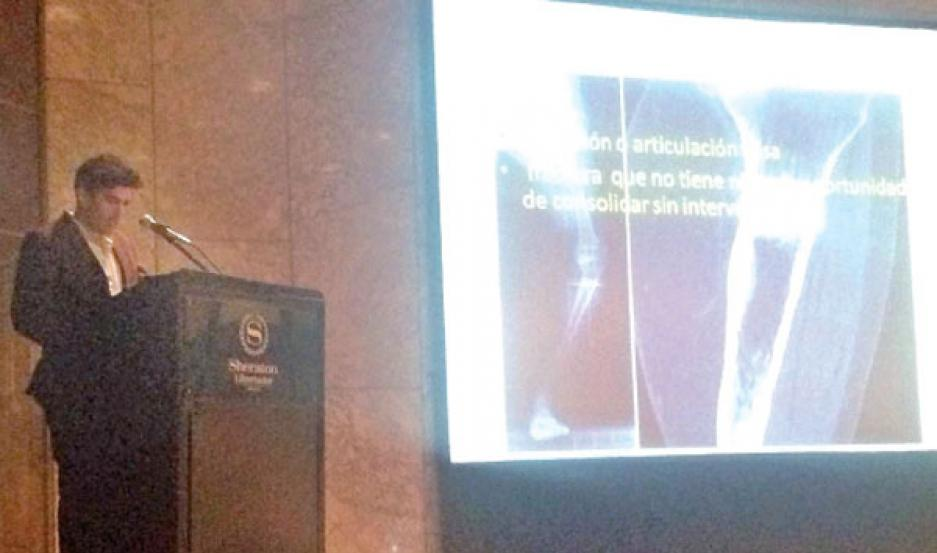 DETALLES. El Dr. José Álvarez fue el encargado de presentar el trabajo durante una de las jornadas del Congreso.