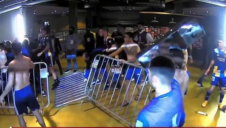 VÍDEO: Los jugadores de Boca se pelearon con la policía - El Liberal